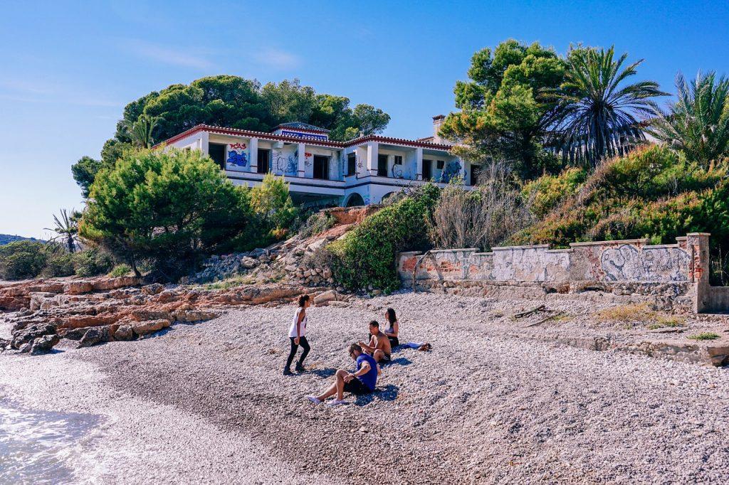 beach 2863526 1280 1024x682 - ВНЖ Испании для финансово независимых лиц