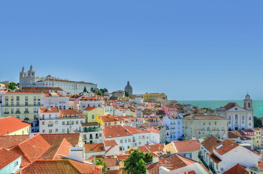 alfama 832816 1280 1024x677 - Как получить гражданство Португалии